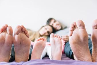 piedi-dei-genitori-con-la-loro-figlia_23-2147878295